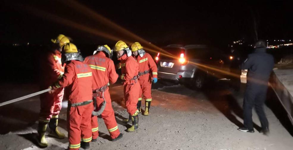 官厅湖上驾车遇险 消防人员紧急施救
