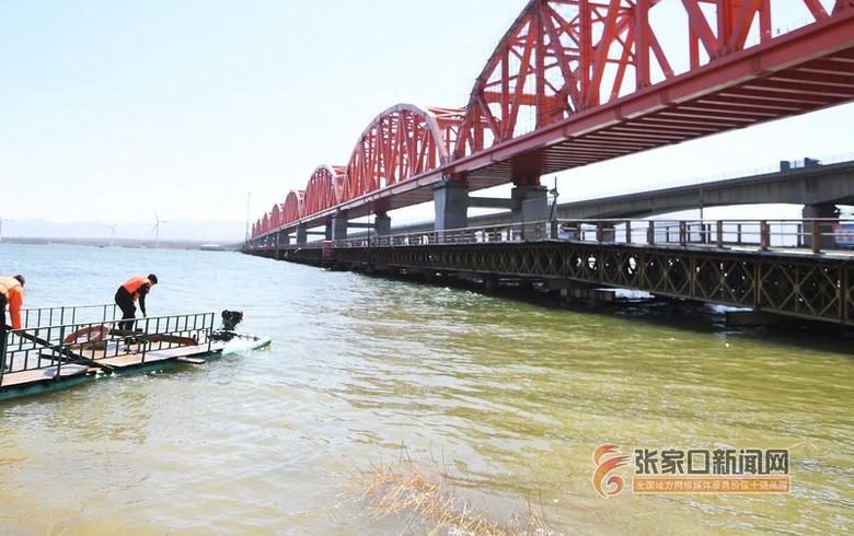 京张高铁跨官厅水库特大桥开始铺设腕臂吊柱调?#22253;?#35013;电气线路