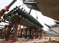 张家口纬二桥完成首段桥面钢混结合段吊装施工