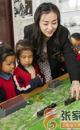 参观社区京张铁路历史主题展迎接冬奥会倒计时1000天