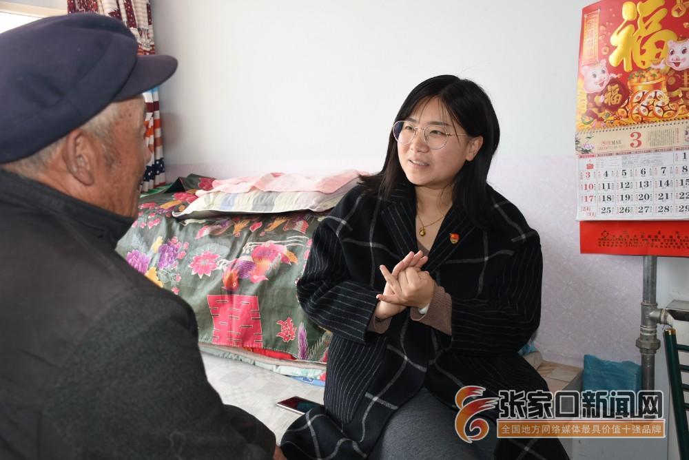 【新时代 新青年】赵娟:奋斗青春放飞梦想 赵娟 (右一) 到村民家中了解情况。