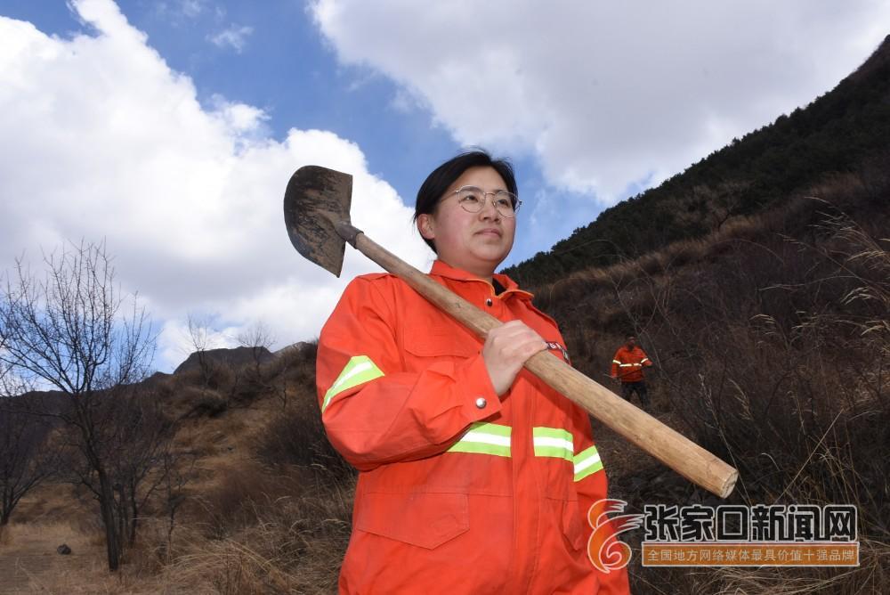 【新时代 新青年】赵娟:奋斗青春放飞梦想 赵娟走在防火的路上。