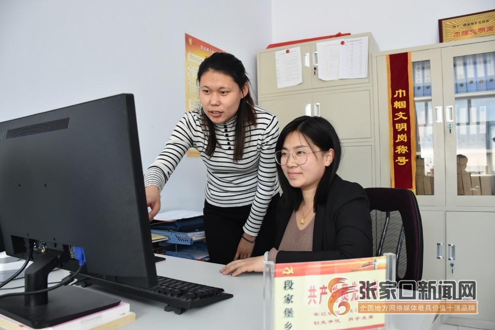 【新时代 新青年】赵娟:奋斗青春放飞梦想 赵娟 (右一) 在办公室工作中。 张进宝 摄