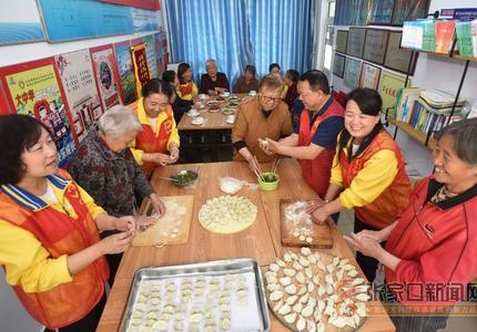 社区饺子宴共迎母亲节