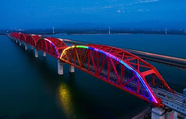 京张高铁官厅水库特大桥首批上弦杆洗墙灯调试点亮 第一拱调试点亮的官厅特大桥。
