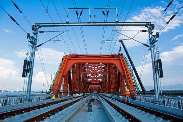 京張高鐵官廳水庫特大橋首批上弦桿洗墻燈調試點亮 工人在大橋橋面上安裝調試亮化燈。