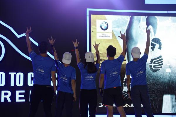 2019 BMW越山向海人车接力中国崇礼鸣枪起跑 运动员合影