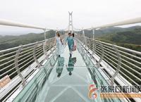 玻璃吊橋引游人