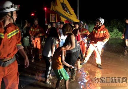雨夜7人困于洪水中  消防人员组人墙营救