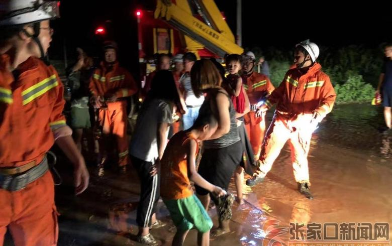 雨夜7人困于洪水中  消防人員組人墻營救