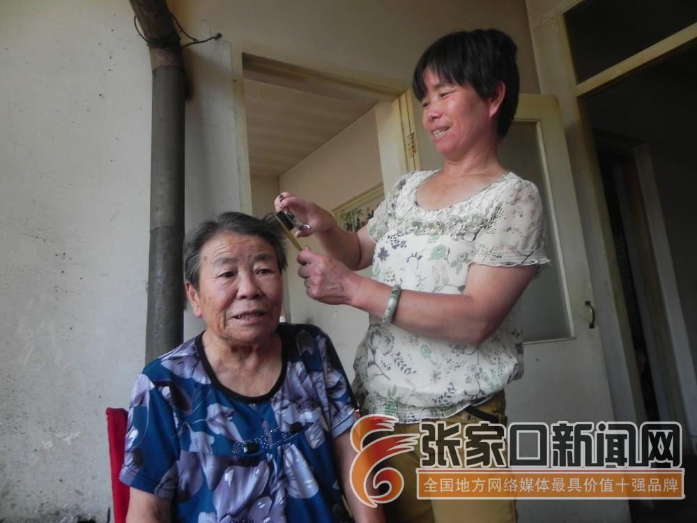 【身边好人】陈翠花:好家风是一种力量 陈翠花为婆婆剪发。