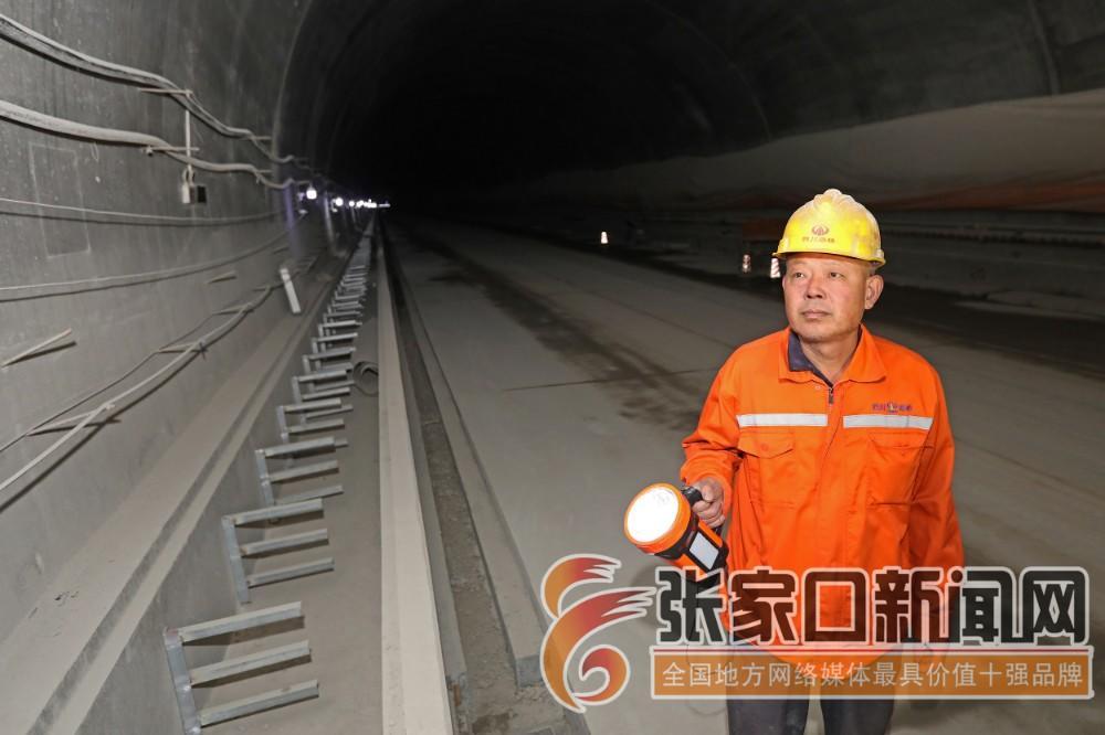 新纪录诞生!世界最长的公路螺旋隧道在张家口顺利贯通 山东泰安的王金常在已贯通的右幅隧道内巡视。