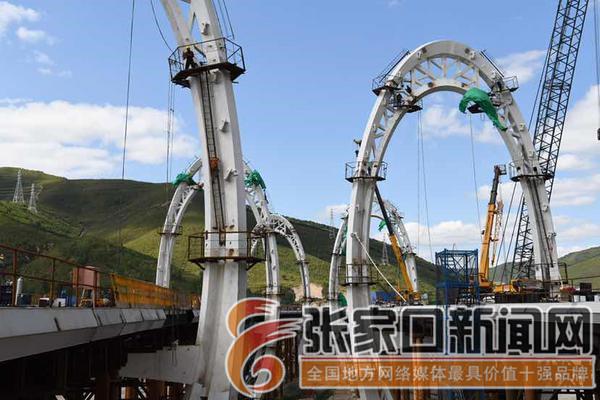 延崇高速GQ3太子城互通主线1#桥钢索塔建设稳步推进