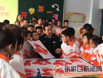 【庆祝新中国成立七十周年——见证?#20811;?#24314;国   火红剪纸里的火红情怀