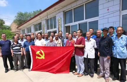 市城市管理綜合行政執法局駐涿鹿工作隊與村民唱響《我和我的祖國》