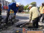 桥东市政及时维修破损井盖
