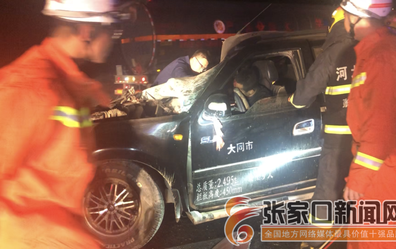 兩車相撞司機雙腿被卡消防救援9分鐘成功救出