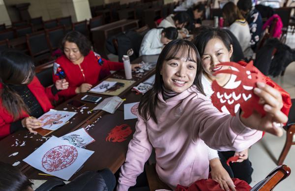 學剪紙藝術 傳中華文化