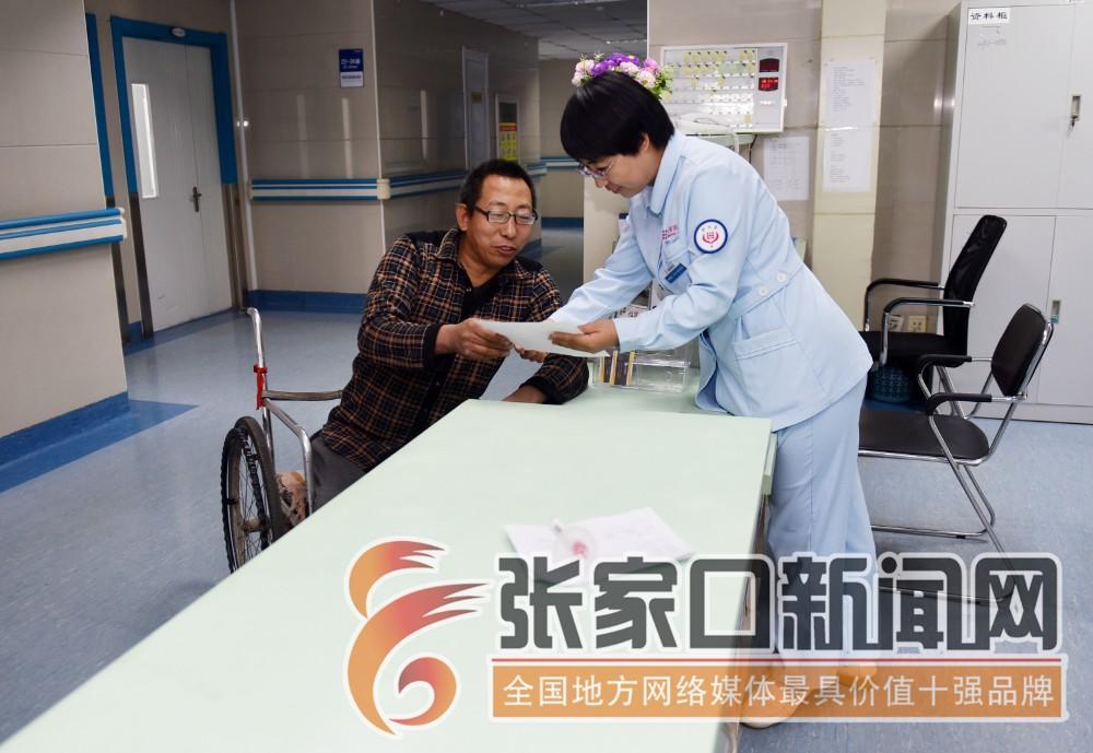 """张家口宣化:""""无腿硬汉""""武功亮 武功亮在医院同医务人员交流母亲的病情。"""