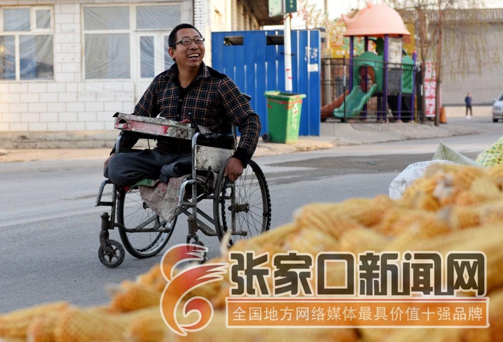 """张家口宣化:""""无腿硬汉""""武功亮 武功亮驾轮椅""""走""""在为客户上门服务的路上。"""