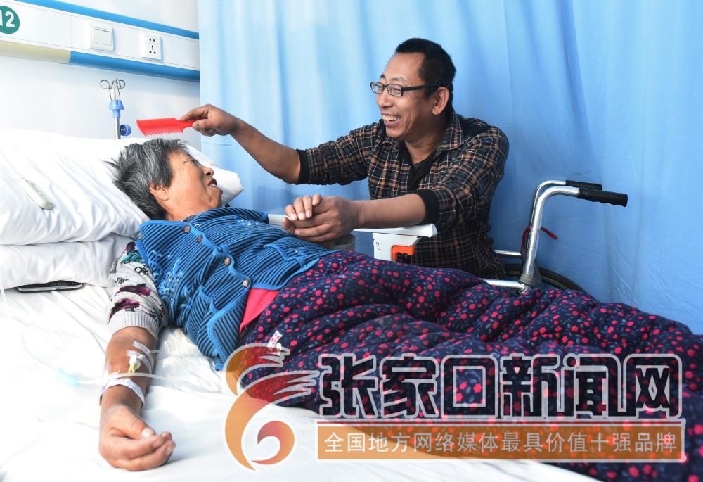 """张家口宣化:""""无腿硬汉""""武功亮 母亲患病住院武功亮每天家里医院两头跑。"""