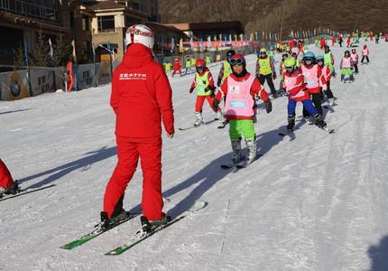"""""""與冰雪的激情約會""""橋東區首屆冰雪運動會滑雪比賽落下帷幕"""