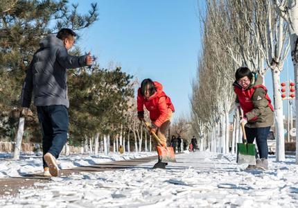 ?志愿者鏟冰除雪忙路過居民紛紛點贊