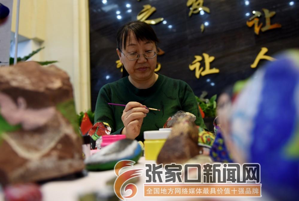 张振平:随形作画为顽石注魂 12月11日,在宣化区图书馆,张振平在创作石头画。