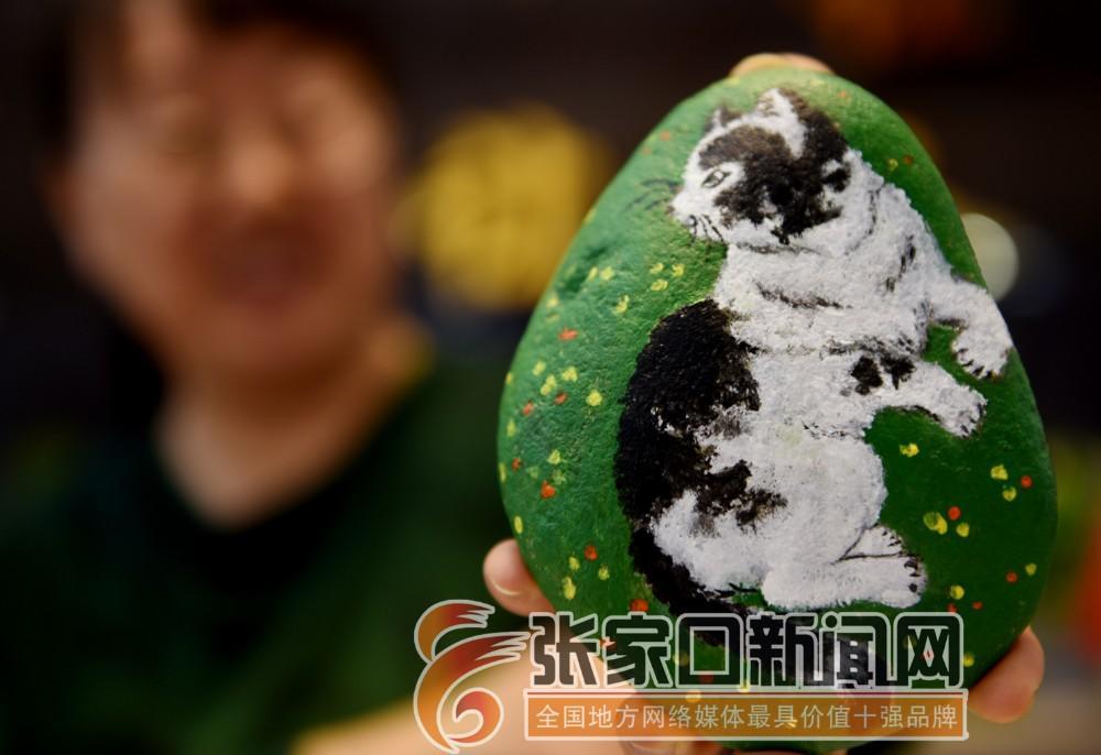 张振平:随形作画为顽石注魂 12月11日,张振平在石头创作的作品栩栩如生。