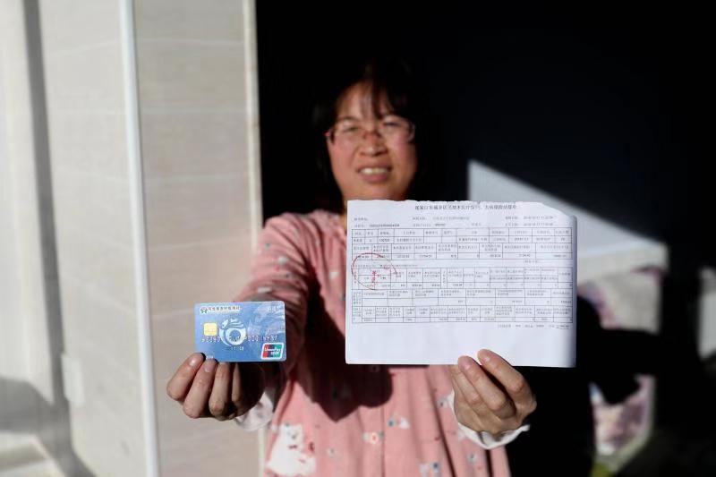 """张家口康保:践行互联网公益理赔 精准扶贫开启""""在线""""模式 通过在支付宝上申请理赔,李素霞的一部分住院费用理赔款打到了她自己的银行卡上。"""