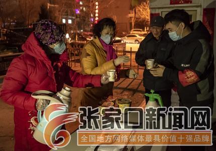 居民寒夜送姜汤 值守人员暖心窝