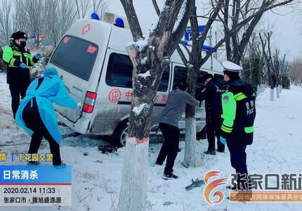 救護車側滑路溝 警民聯手來救援