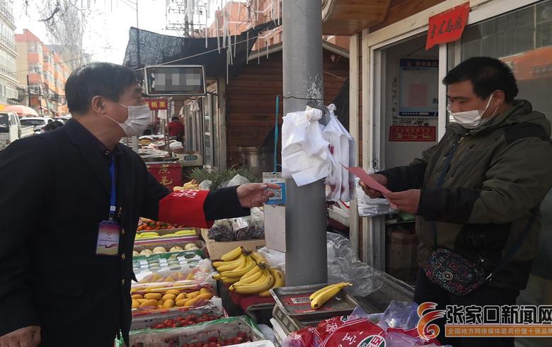 老年志愿服务队走街串巷宣传防疫和防火