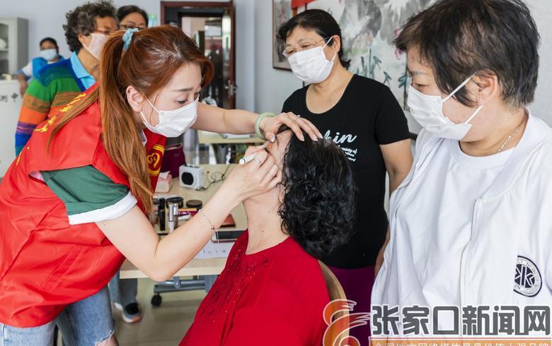 志愿者为社区阿姨化美妆