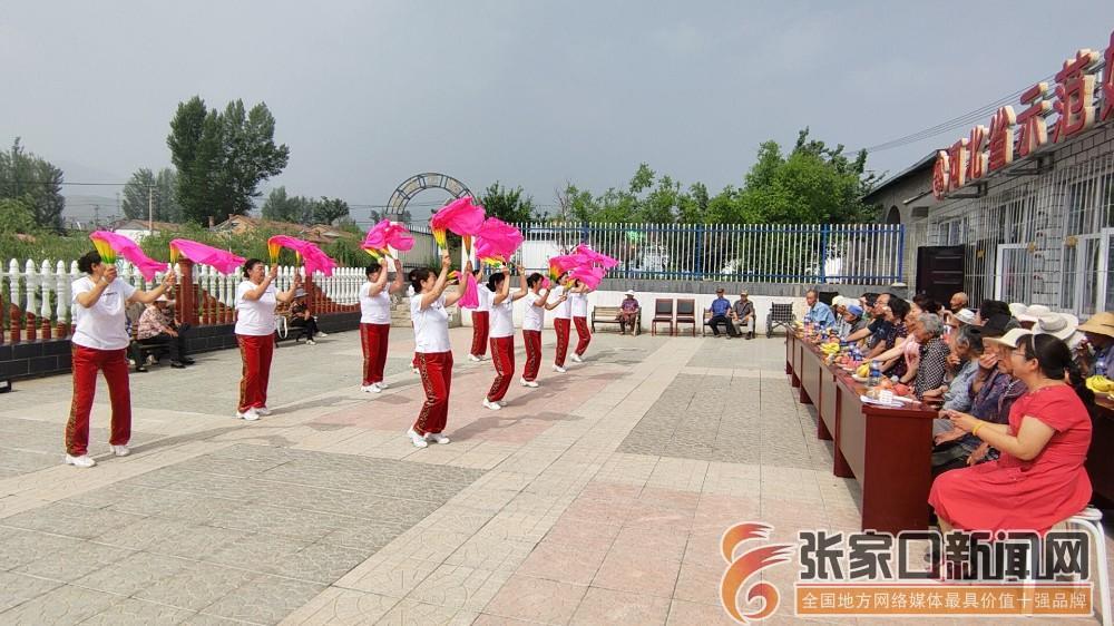 张家口市妇联驻村工作队与村民共庆端午