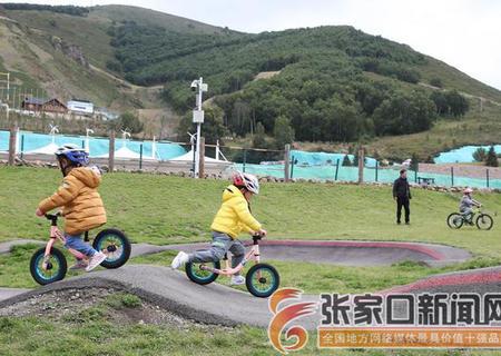 滑雪小镇骑行的乐园