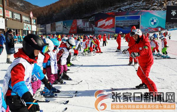 万名中小学生体验冰雪运动