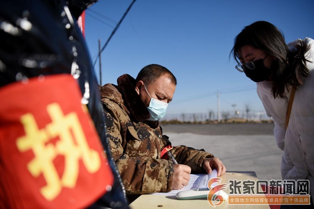 """不下班的抗""""疫""""村支书 对进村人员进行检测登记"""