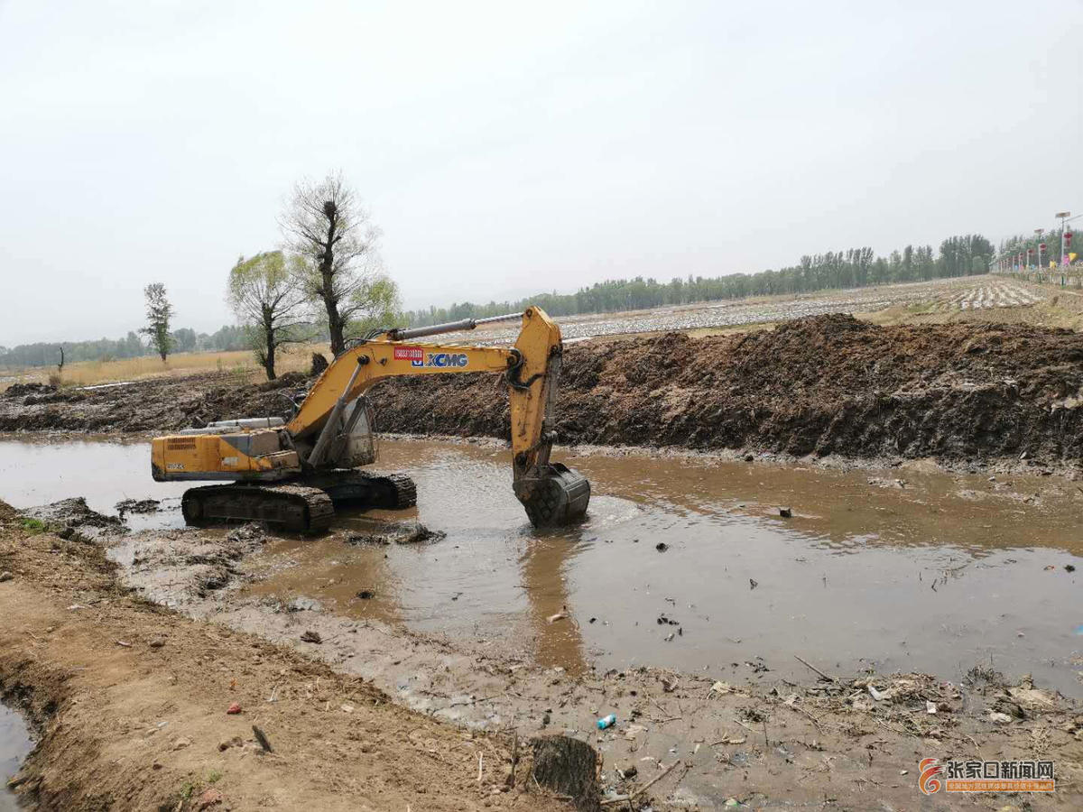 黄銮庄村:众志成城治理清清水河 钩机在清淤。