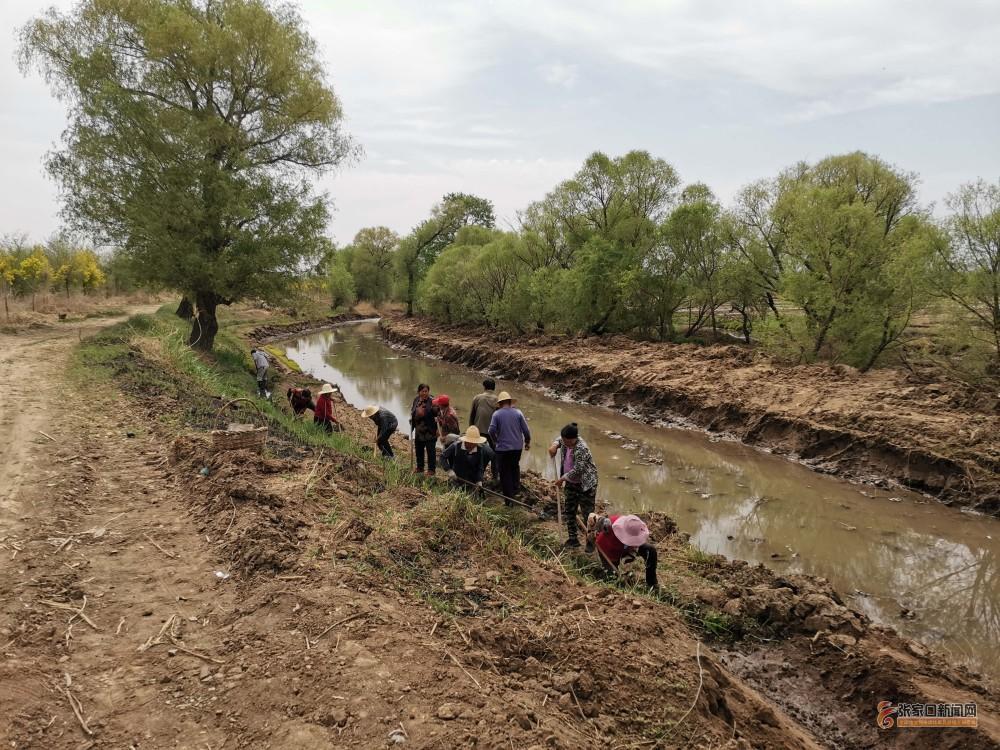 黄銮庄村:众志成城治理清清水河 村民在整治清水河。