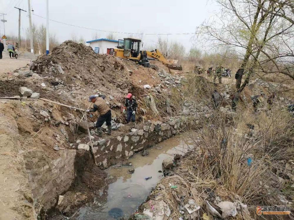 黄銮庄村:众志成城治理清清水河 河边垒砌护坡。