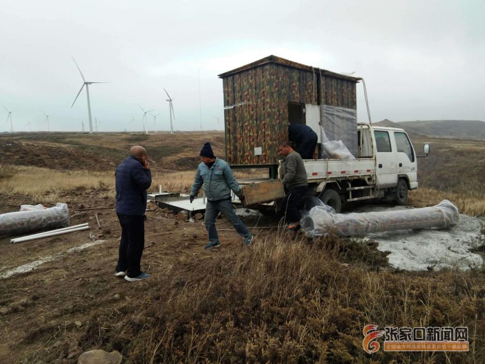 给云层熏熏烟让降水量多起来—张北县开展烟炉增雨(雪)作业侧记 施工人员安装增雨(雪)烟炉