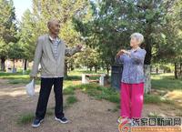 一對老年夫婦的公園戲曲人生
