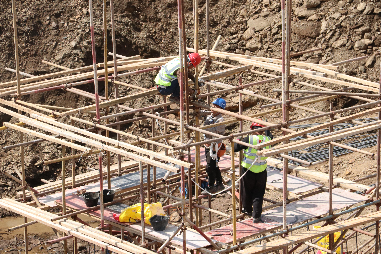 张北县百兆瓦先进压缩空气储能示范项目施工现场工人们正在为年底投入使用而冲刺.jpg